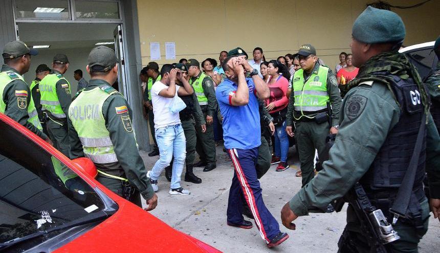 Algunos de los detenidos a su salida del Centro de Servicios Judiciales.