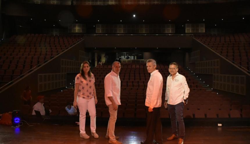 María Teresa Fernández, Eduardo Verano, Ramiro Osorio y Carlos Prasca, en el teatro de la UA.