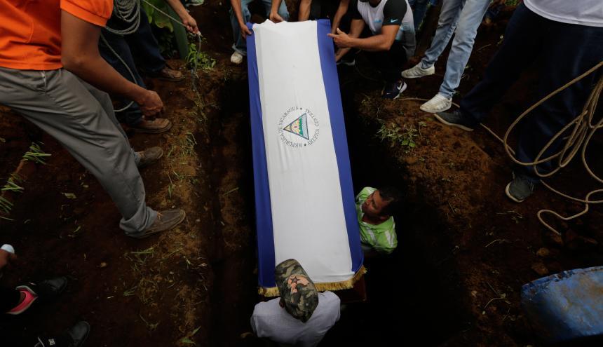El ataúd de Marvin López es enterrado en Masaya.