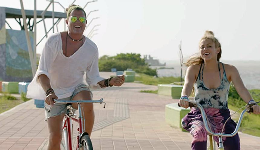 Carlos Vives y Shakira durante la grabación del videoclip de La Bicicleta en el malecón de la Avenida del Río.