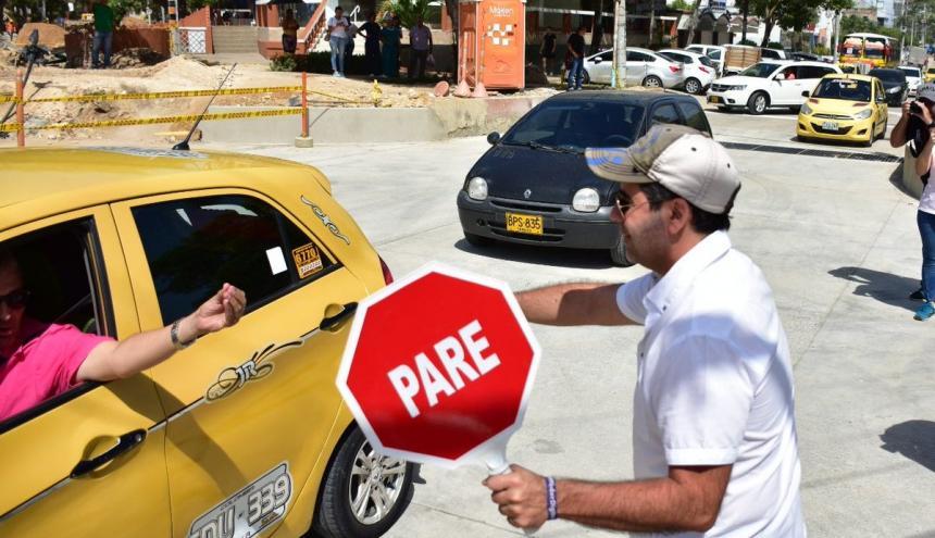 Con paleta en mano, el alcalde Alejandro Char dirigió por unos minutos la movilidad en el sector.