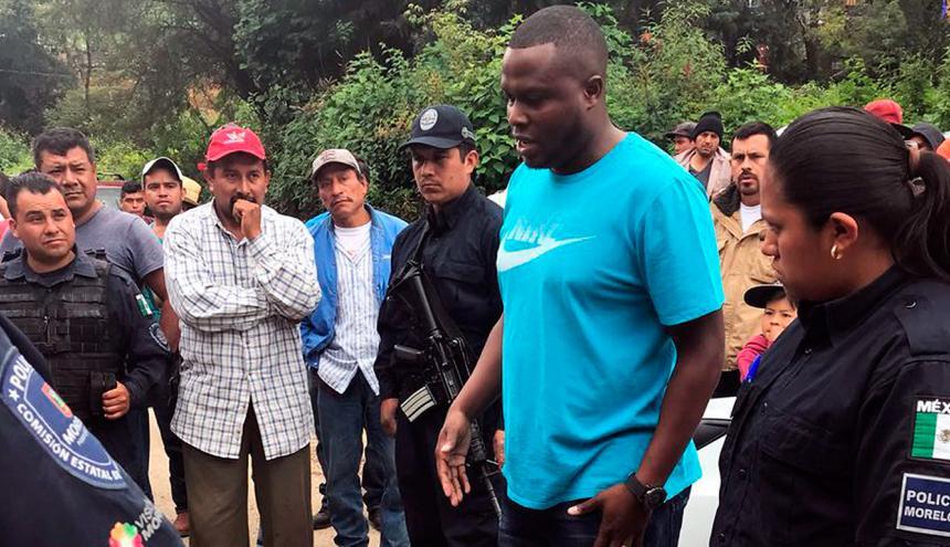 Ricardo Alonso Lozano dialoga con la comunidad.
