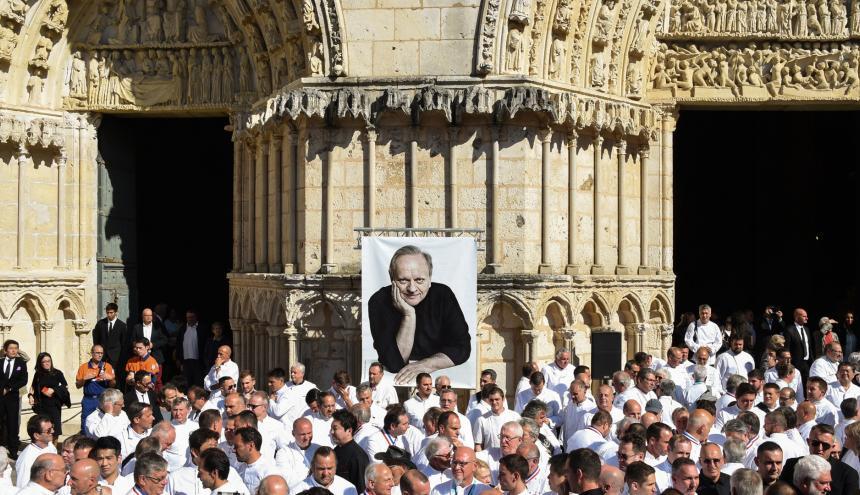 Los chefs franceses se retiran después del servicio conmemorativo del chef francés Joel Robuchon, en la catedral de Saint Pierre en Poitiers, este viernes.