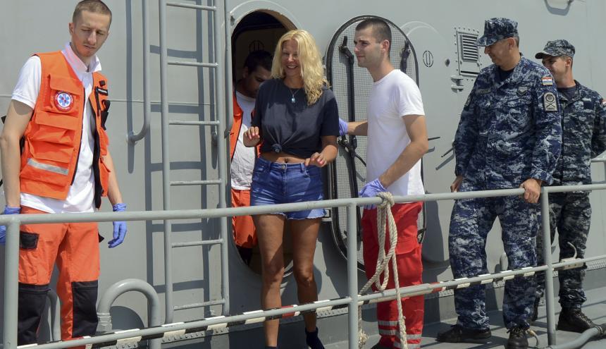 La turista británica Kay Longstaff sale del barco de la guardia costera de Croacia en Pula, que la salvó después de caerse de un crucero cerca de la costa croata.
