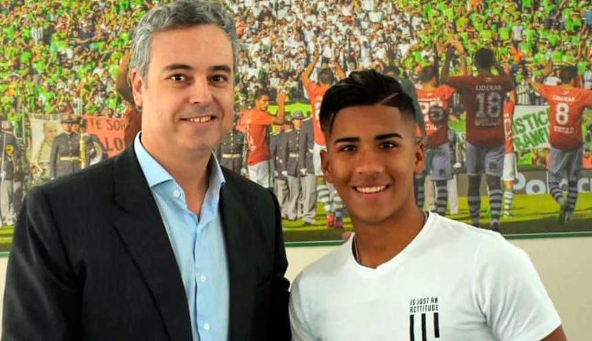 El presidente de Banfield, Eduardo Spinosa, junto a Juan David Torres.