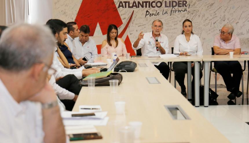 El gobernador Verano, y otros funcionarios, durante la presentación del proyecto.