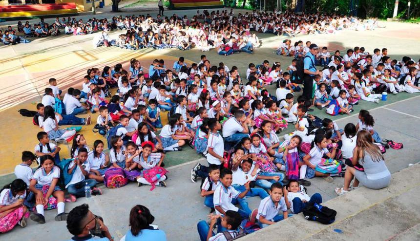 Un grupo de alumnos en las afueras de un colegio.