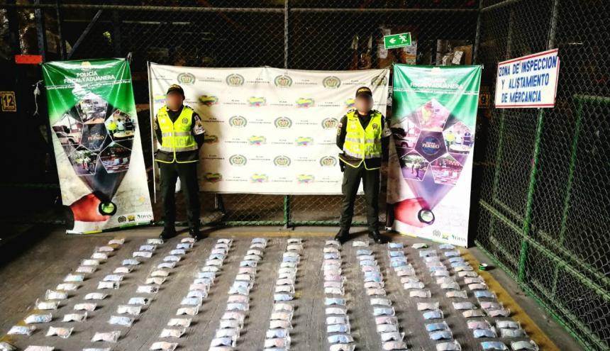 Policías enseñan la mercancía incautada.