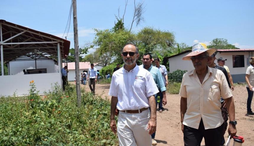 Peter Tibber (izq), embajador inglés en Colombia.