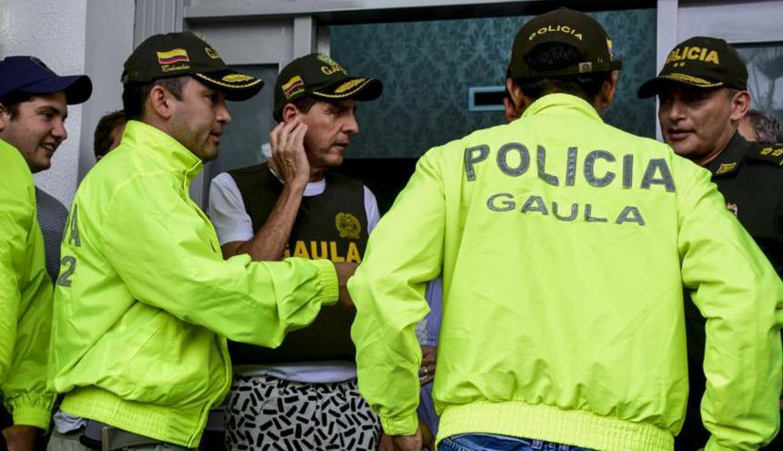 Momento en el que Fito Acosta fue presentado por miembros del Gaula de la Policía Nacional.
