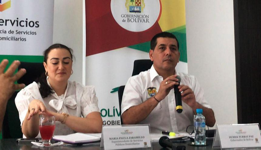 El gobernador de Bolívar, Dumek Turbay, y la superintendente encargada de Servicios María Paula Jaramillo.