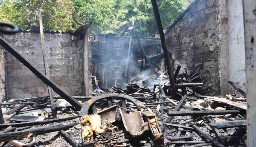 La vivienda fue consumida rápidamente por las llamas.