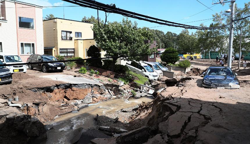 El fuerte temblor ha dejado dos muertos, unos 40 desaparecidos, desplazamientos de tierra y cortes de energía eléctrica en la ciudad de Sapporo.