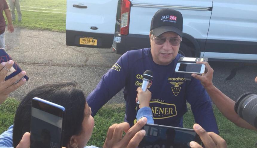 Hernán Darío Gómez atendiendo a los medios.