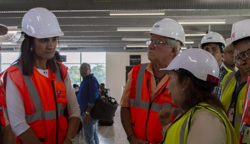 La ministra Orozco atiende la explicación de la gerente Vergara. Los escucha el alcalde Herrera.