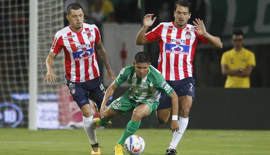 Pico y Hernández marcando a Campuzano.
