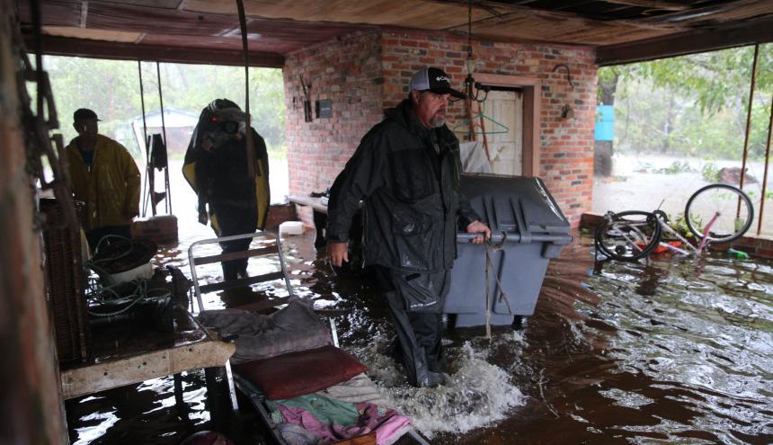 Los miembros de la Marina de Cajun buscan en una residencia inundada en Lumberton, Carolina del Norte.