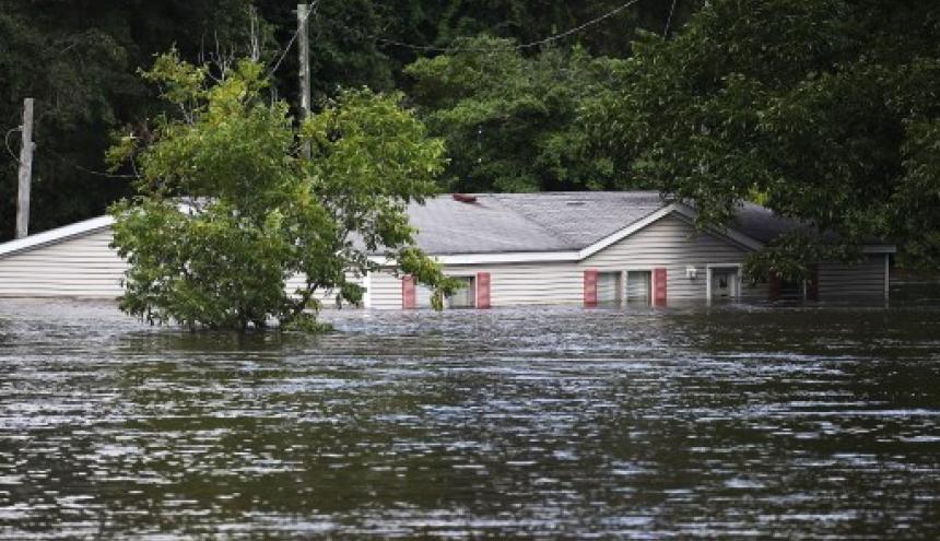 Los niveles de las aguas mantienen en emergencia varias regiones en Carolina del Norte.