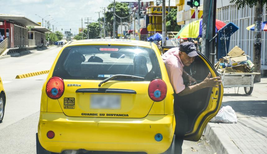 Hombre desciende de un taxi en la calle Murillo con carrera 13.
