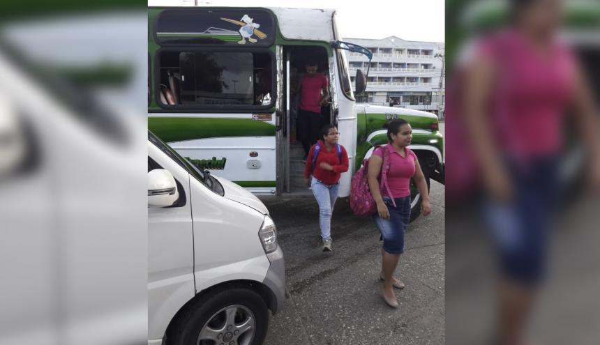 Para el ingreso a los buses, los estudiantes deben presentar el carné de acreditación.