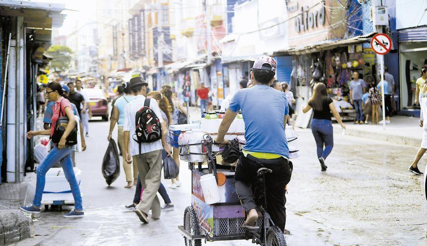 En la foto, un joven vendedor de tintos en el centro de Barranquilla.