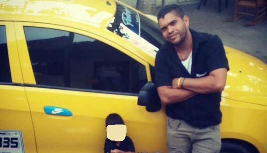 Abel Antonio Silva junto al carro que manejaba.