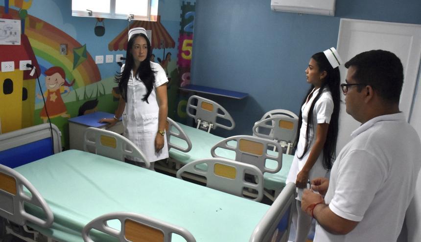 Pedro Araújo Zárate, gerente de la ESE Hospital de Baranoa, junto a personal asistencial.