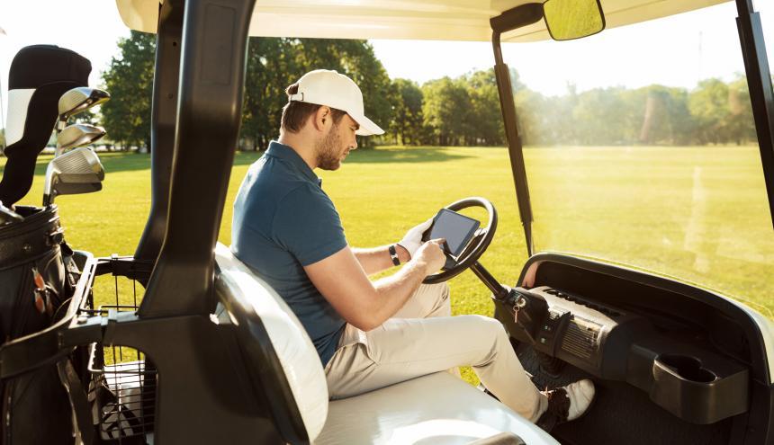 Los golfistas usan varias aplicaciones a través de una tableta o un celular.