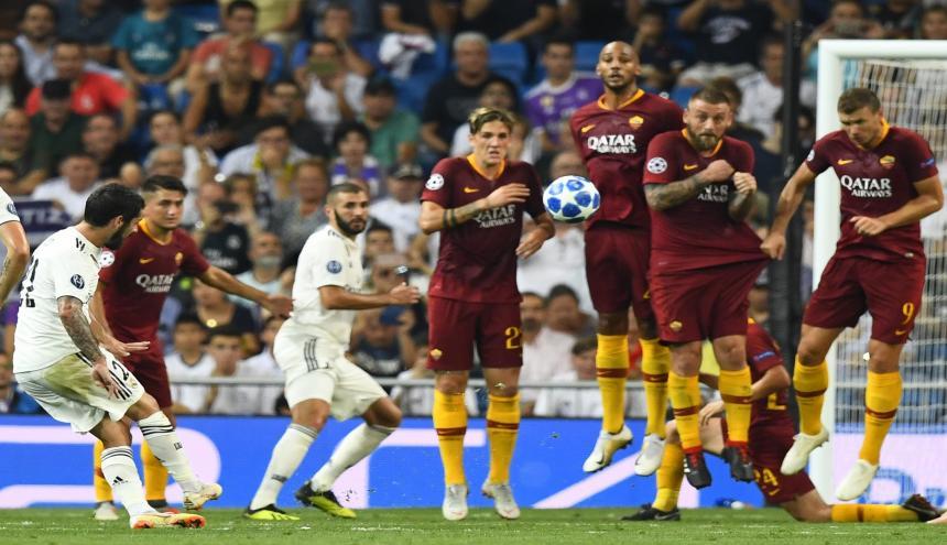 El centrocampista español del Real Madrid Isco anota el primer gol del encuentro entre el Real Madrid CF y el AS Roma.