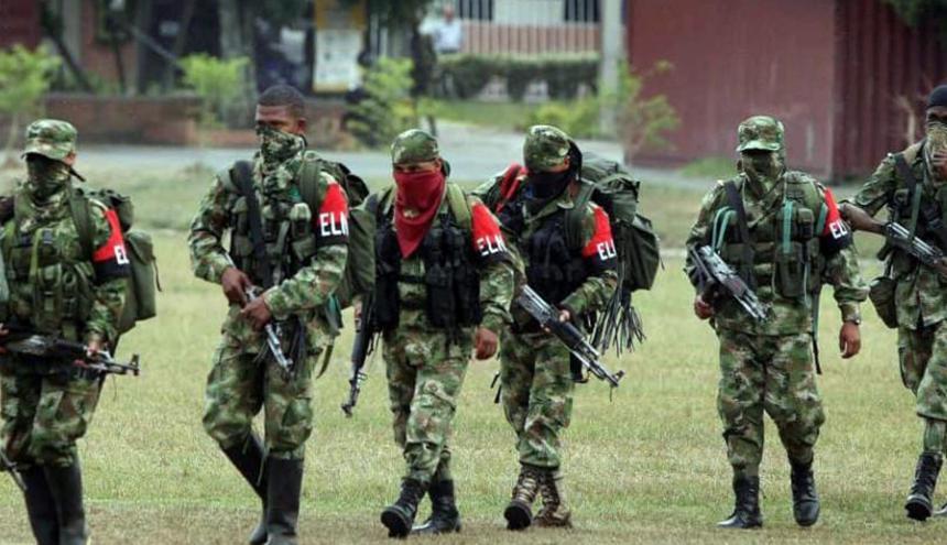 Miembros del Ejército de Liberación Nacional (Eln) se disponen a formar.
