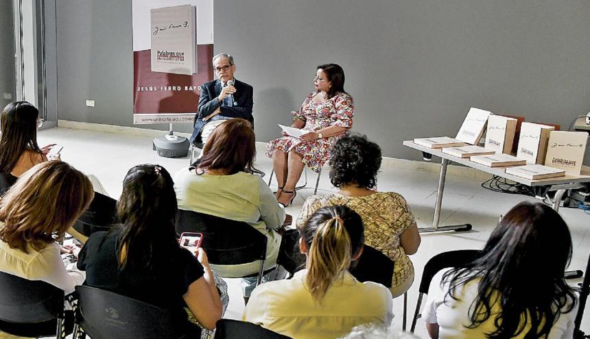 El exrector de la Universidad del Norte, Jesús Ferro, durante su diálogo con la editora Rosario Borrero.