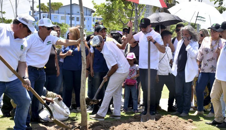 El alcalde Alejandro Char siembra un árbol en las afueras de la Intendencia Fluvial.