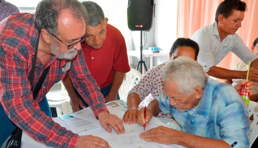 Jesús Pérez firma el acta de entrega de sus archivos.