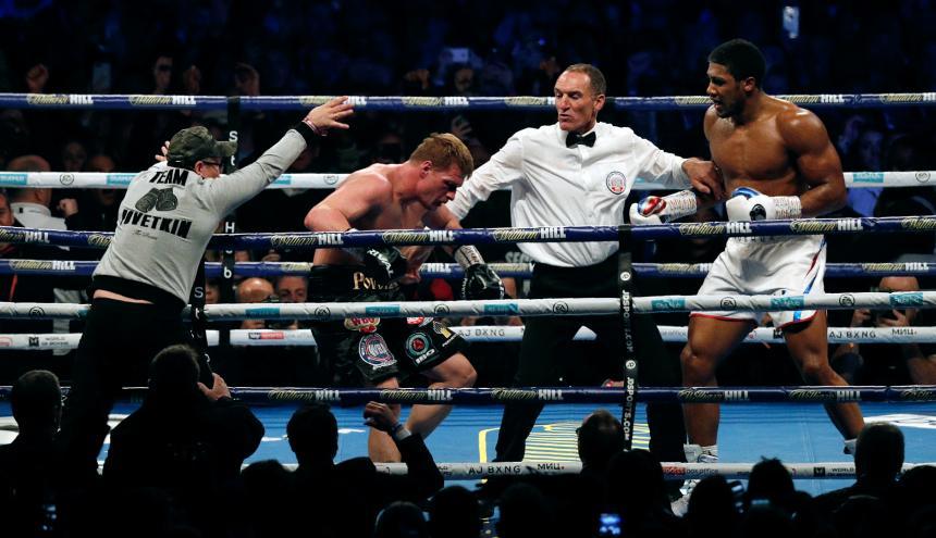 Joshua castiga a Povetkin y el árbitro interviene.