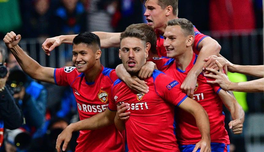 Jugadores del CSKA de Moscú celebran el único gol del partido.