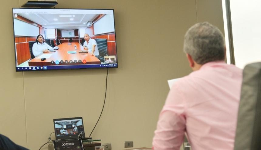 El presidente Duque entrevistando a dos aspirantes a alcalde (e) de Riohacha.