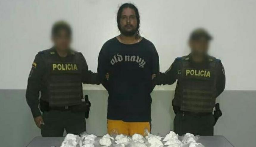 Ronald Mazzo junto a la droga decomisada.