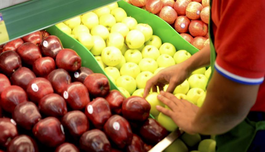 Estante donde se exhiben varias frutas frescas en un supermercado de Barranquilla.