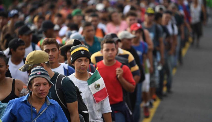 Hondureños caminando hacia Estados Unidos.