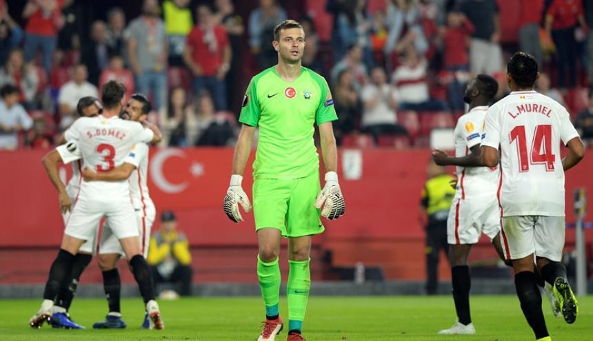 Luis Fernando Muriel corre a celebrar el gol del argentino Gabriel Mercadoo en el triunfo ante Sevilla.