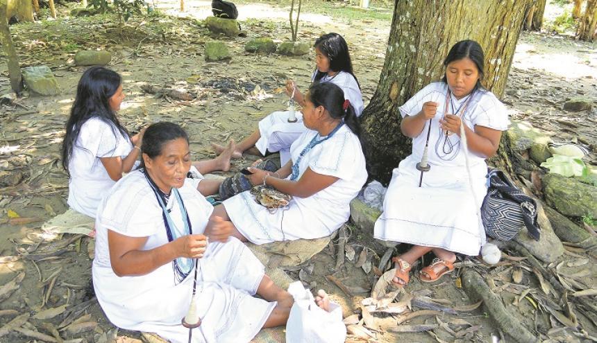 La mujeres arhuacas de la Fundación Wirakoku trabajan en la elaboración de sus mochilas tradicionales para promover su cultura.