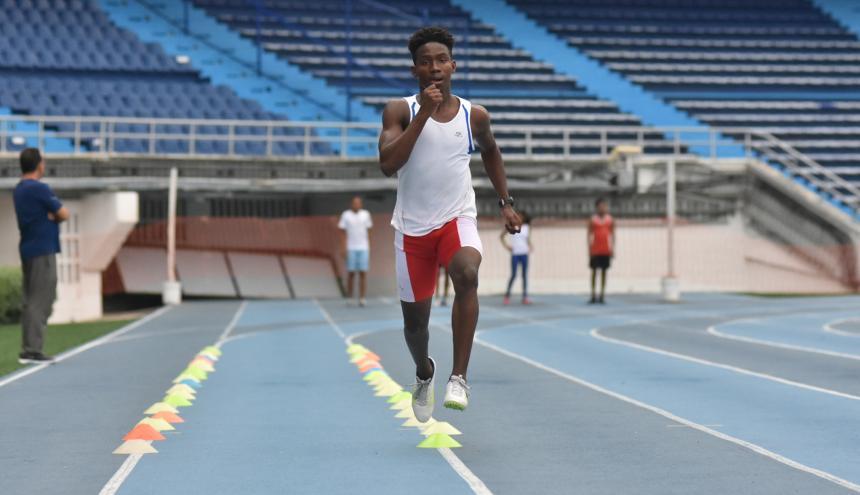 El atleta barranquillero Luis David Saltarín entrenando en la pista del estadio Metropolitano.