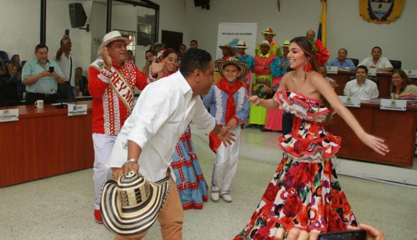 Carolina Segebre baila con el concejal Fredy Barón.
