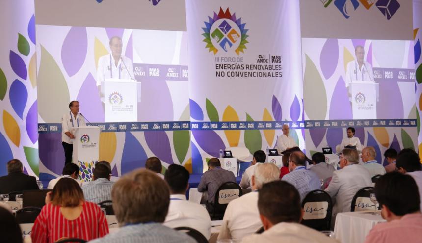 El gobernador Eduardo Verano, el gerente de Andi Atlántico, Alberto Vives, y el viceministro de Energía, Diego Mesa, durante el foro de energías renovables.