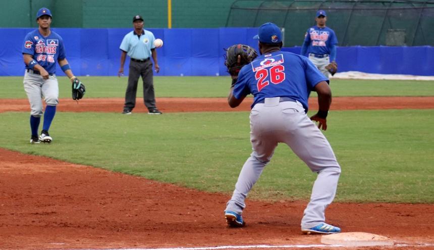 El dominicano Audy Ciriaco (26) atento en la tercera base de los Caimanes.