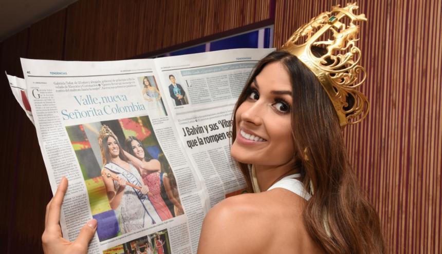Gabriela Tafur Náder lee la edición del pasado martes de EL HERALDO en la que se anuncia su victoria.