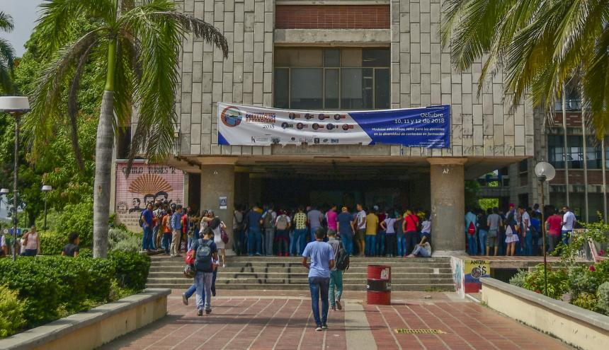 Estudiantes reunidos en la plazoleta del bloque D, el pasado miércoles.