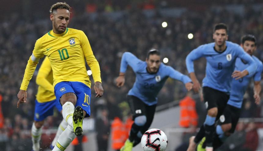 Neymar anota de penal el tanto del triunfo de Brasil.