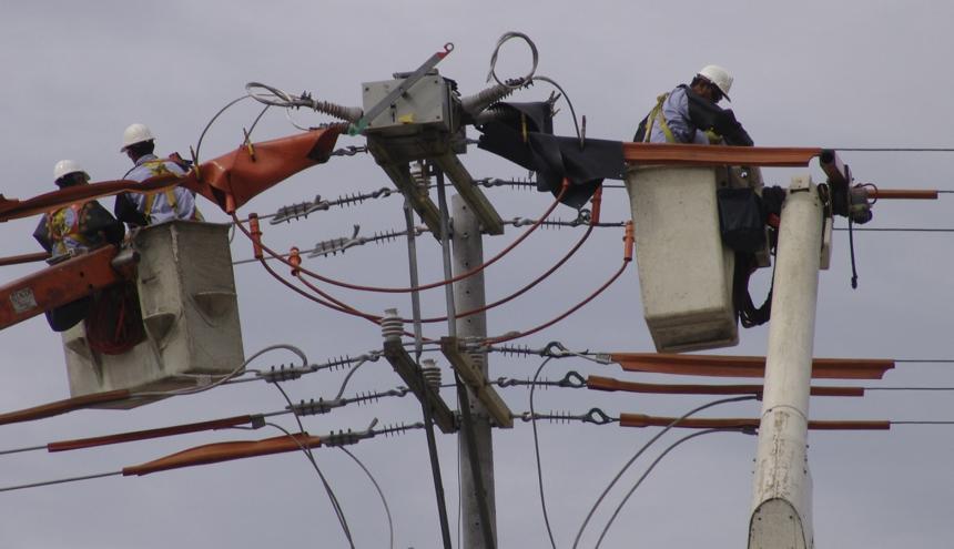Operario realiza trabajos eléctricos.