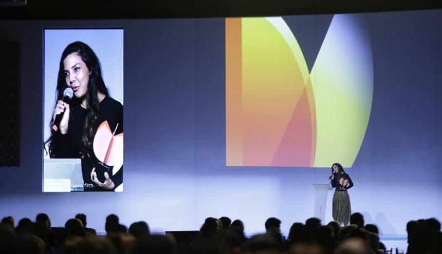 La directora de cine colombiana Laura Mora durante la premiación.